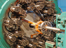 Vlechtenmachine om flexibel metaalslang te weven Stock Afbeeldingen
