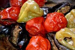 Vlees, aubergines, peper en tomatenschotel Natuurlijk beeld Stock Afbeeldingen
