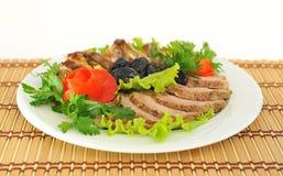 Vlees, besnoeiing in plakken met sla prachtig worden verfraaid die. Royalty-vrije Stock Afbeelding