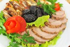 Vlees, besnoeiing in prachtig verfraaide plakken. Royalty-vrije Stock Afbeeldingen