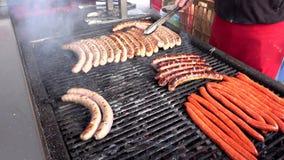 Vlees bij de barbecuegrill stock video