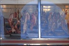 Vlees bij vertoning bij de slachterij stock afbeeldingen