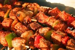 Vlees Brochettes in detail op een Barbecue stock afbeeldingen