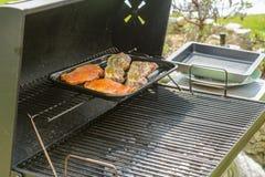 Vlees in de grill op de grill Stock Afbeeldingen
