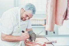 Vlees die in een slachterij door de mens worden verwerkt royalty-vrije stock foto's