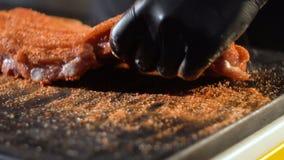 Vlees die voor barbecue marineren