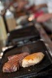 Vlees in een grill Stock Afbeeldingen