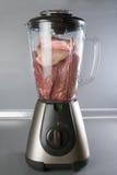 Vlees in een mixer stock foto