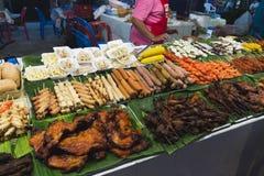 Vlees en diverse soorten worsten snel voedsel in de markt Royalty-vrije Stock Afbeeldingen