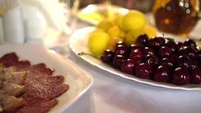 Vlees en fruit op de lijst Moeilijke keus Gezonde en heerlijke voedselzomer stock videobeelden