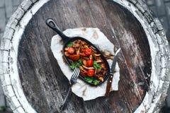 Vlees en groenten in een pan stock afbeeldingen