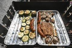 Vlees en groenten op een grill na wat tijd Stock Foto's