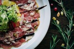 Vlees en groenten op een witte plaat Royalty-vrije Stock Afbeelding