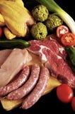 Vlees en groenten op een zwarte achtergrond stock afbeeldingen