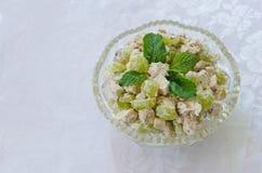 Vlees en plantaardige salade in glaskom Stock Afbeeldingen
