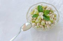 vlees en plantaardige salade in glaskom met een lepel Stock Foto's