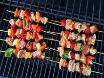 Vlees en plantaardige vleespennen op een grill Royalty-vrije Stock Afbeeldingen