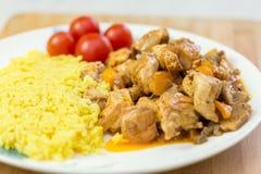 vlees en rijst met groenten op schotel Stock Fotografie