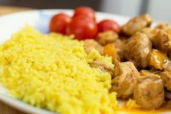 vlees en rijst met groenten op schotel Stock Afbeelding