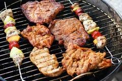 Vlees en vleespennen op de grill stock foto