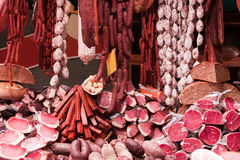 Vlees en worsten in markt royalty-vrije stock foto's