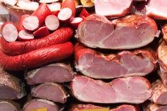 Vlees en worsten in markt Stock Foto's