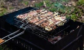 Vlees het branden op barbecue Stock Afbeeldingen