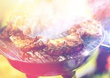 Vlees het koken bij de barbecuegrill bij de zomerpartij royalty-vrije stock foto