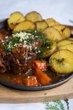 Vlees met aardappelen in de schil Stock Afbeelding