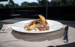 Vlees met aardappels en weidepaddestoel met rode wijn Stock Afbeeldingen