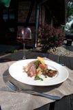 Vlees met aardappels en weidepaddestoel met rode wijn Royalty-vrije Stock Afbeeldingen
