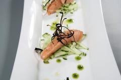 Vlees met decoratie op witte plaat Gastronomisch voedsel royalty-vrije stock foto