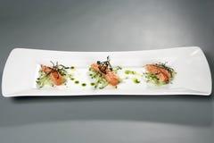 Vlees met decoratie op witte plaat Gastronomisch voedsel stock afbeelding