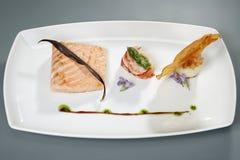 Vlees met decoratie op witte plaat Gastronomisch voedsel stock foto