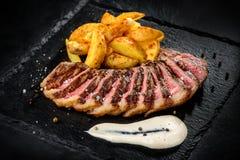 Vlees met gebraden aardappels en saus Royalty-vrije Stock Foto