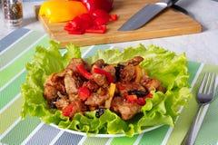 Vlees met gedroogde pruimen en rode paprika's royalty-vrije stock afbeelding