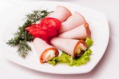 Vlees met groenten op een witte plaat in een restaurant_ royalty-vrije stock foto's