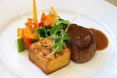 Vlees met kruiden op witte plaat Gastronomisch voedsel royalty-vrije stock foto's