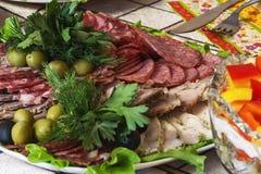 Vlees met olijven, dille en peterselie wordt gesneden die Royalty-vrije Stock Foto