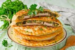 Vlees met paddestoelen en kruiden in gebakje worden gebakken dat royalty-vrije stock fotografie