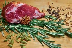 Ruw vlees met rozemarijn en koriander Stock Foto's