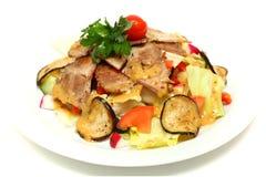 Vlees met sla, tomaten, courgette Stock Fotografie