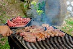 Vlees op de barbecue wordt gekookt die Royalty-vrije Stock Foto's