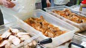 Vlees op de grill De gebraden stukken lapjes vlees liggen op de grill, geroosterde groenten, uien, kersentomaten, paddestoelen en stock videobeelden