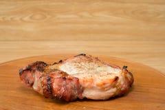 Vlees op een grill wordt gebakken die Stock Afbeelding