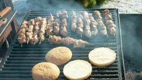 Vlees op een grill wordt gebraden die stock videobeelden