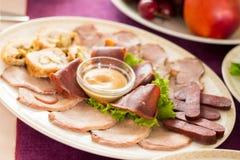 Vlees op een ovale plaat wordt gesneden die Royalty-vrije Stock Fotografie