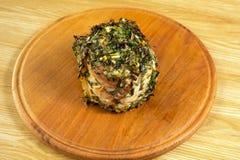 Vlees op een ronde raad met kruiden wordt gebraden dat Royalty-vrije Stock Foto's