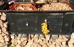 Vlees op een rustieke oven wordt gekookt die stock afbeelding