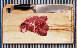 Vlees op houten lijst Stock Afbeeldingen